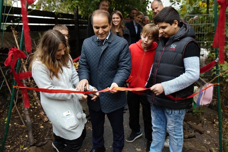 Der Bürgermeister Ercan Kocalar eröffnet zusammen mit zwei SchülerInnen der Gesamtschule Globus den Sinnesgarten